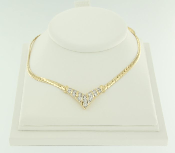 18 kt yellow gold necklace set with 15 brilliant cut diamonds, approx. 0.50 ct in total