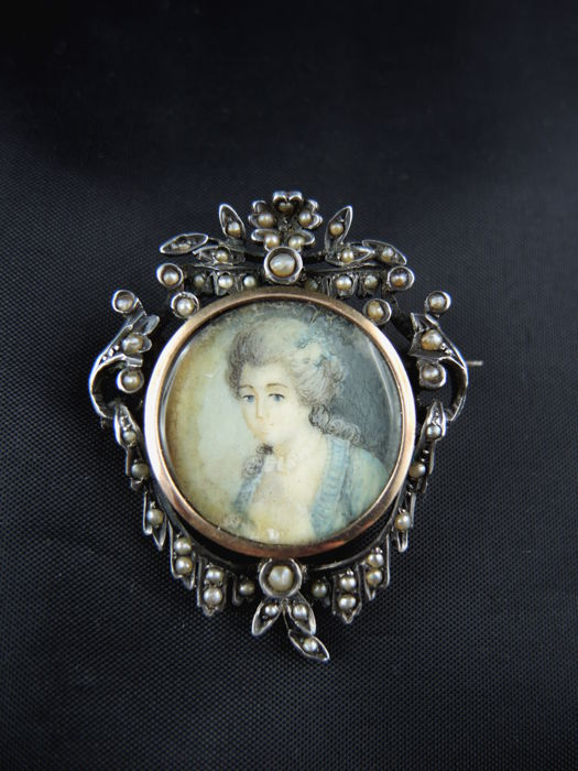Brooch in pink gold and silver adorned with a miniature