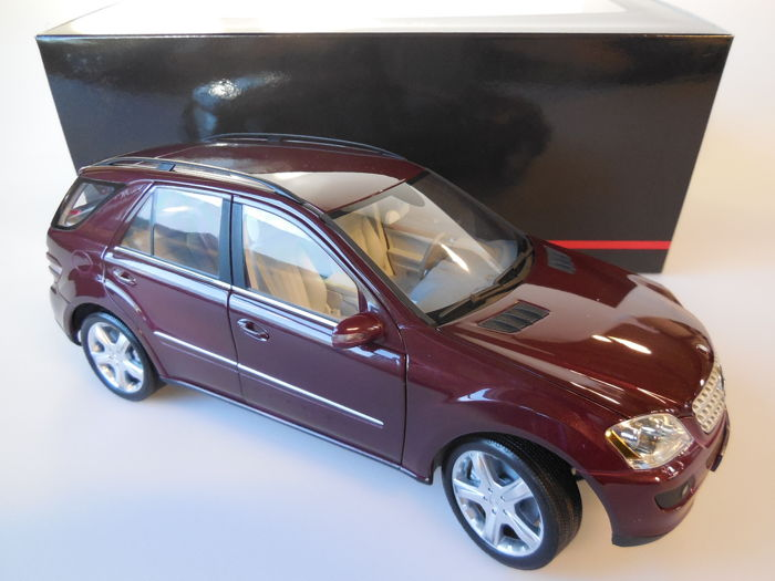 Minichamps - Scale 1/18 - Mercedes-Benz M-Class 2005