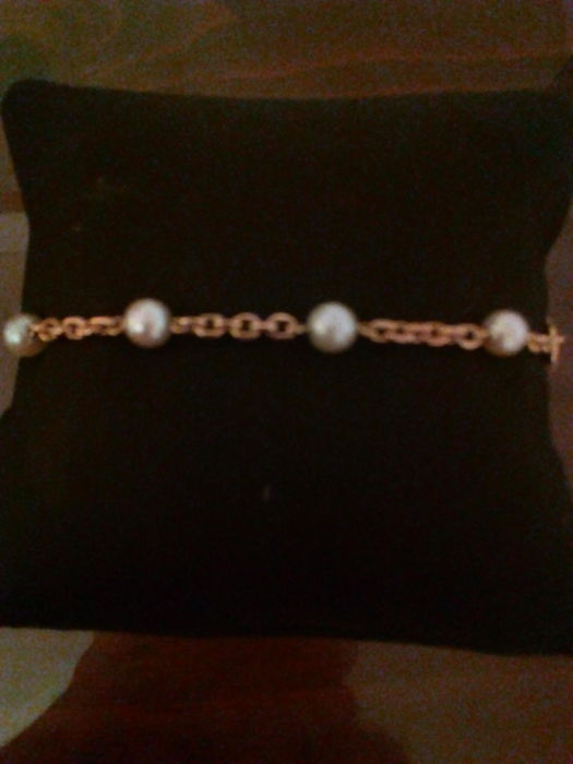 18 kt gold bracelet weighing 8 g formed of 8 cultured pearls 5 mm in diameter each and 20 cm in length.