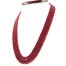 Ruby necklace with 18 kt (750/1000) gold clasp, length 50cm.