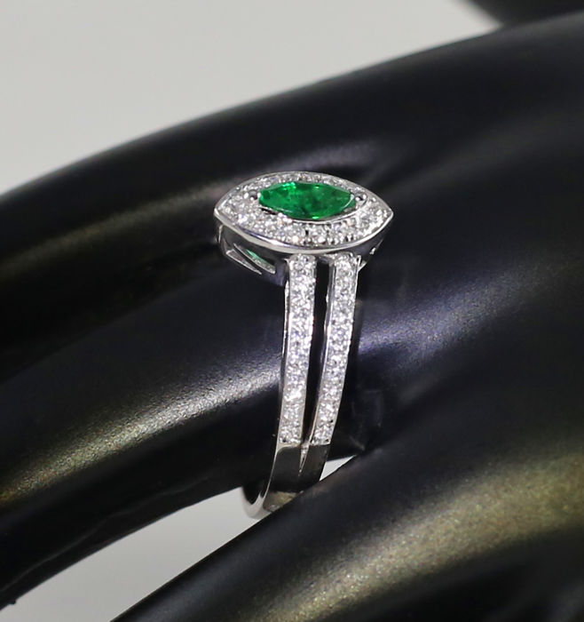 18 K White Gold Emerald and Diamond Ring 1.15 ct. - Emerald 0.60 ct. and Diamonds 0.55 ct.-  54 diamonds H-I - SI – Top Width 10.00 mm  x  7 mm - 2.75 g - Ring Size 52/16 1/2