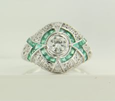 14 kt white gold ring set with emerald and 13 brilliant cut diamonds, approx. 0.47 ct in total