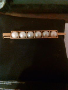 18 kt gold brooch with total weight of 6 g and adorned with 6 cultured pearls each measuring 6 mm in diameter