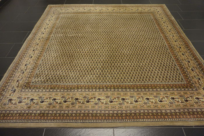 Magnificent hand-woven Oriental palace rug, Sarouk Mir, 240 x 240 cm, made in India, excellent highland wool.