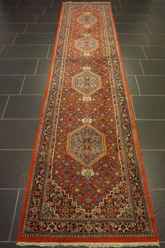 Fine hand-woven oriental carpet, Indo Bijar Herati runner, 85 x 350 cm, made in India at the end of the 20th century