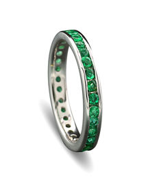 Elegant memory ring set with emeralds all around, 750-white gold - ring width: 55.5 ---no reserve price---