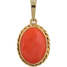 14 kt - Yellow gold pendant set with an oval cabochon cut red coral - Length x Width: 26 mm x 13 mm