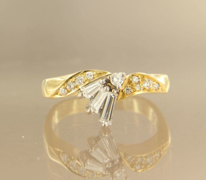 18 kt bicolour gold ring set with 3 tapered and 10 brilliant cut diamonds, approx. 0.40 ct in total ****NO RESERVE PRICE*****
