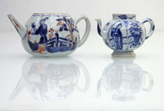 "2 x Porcelain teapot with ""lange lijzen"" (long Elizas)  - China - Kangxi, around 1700."
