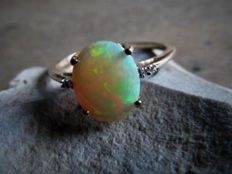 Gold ring with solid natural Welo Opal (approx. 2.3 ct) and 4x Diamond (approx. 0.05 ct).