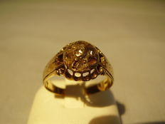 French 18 kt gold ring with 7 antique rose-cut garnets approx. 0.75 ct in total.