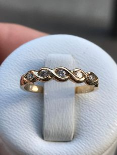 Pretty American wedding ring in 18 kt gold and Top Wesselton diamonds - size 48.5/15.54 mm **no reserve price**