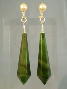 Earrings with facetted jade-/nephrite pendeloques of 30 ct and white pearls, handmade around 1945/50