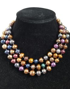 Long necklace composed of fresh water cultured multi-coloured pearls – Length: 134 cm