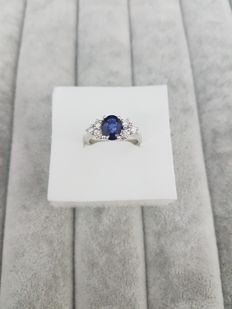 Ring in 18 kt white gold with 1.41 ct sapphire and 0.31 ct diamonds