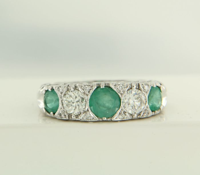 14 kt White gold ring with 3 brilliant cut emeralds, 1.00 ct and 2 brilliant cut diamonds, 1.20 ct, ring size 17 (53)