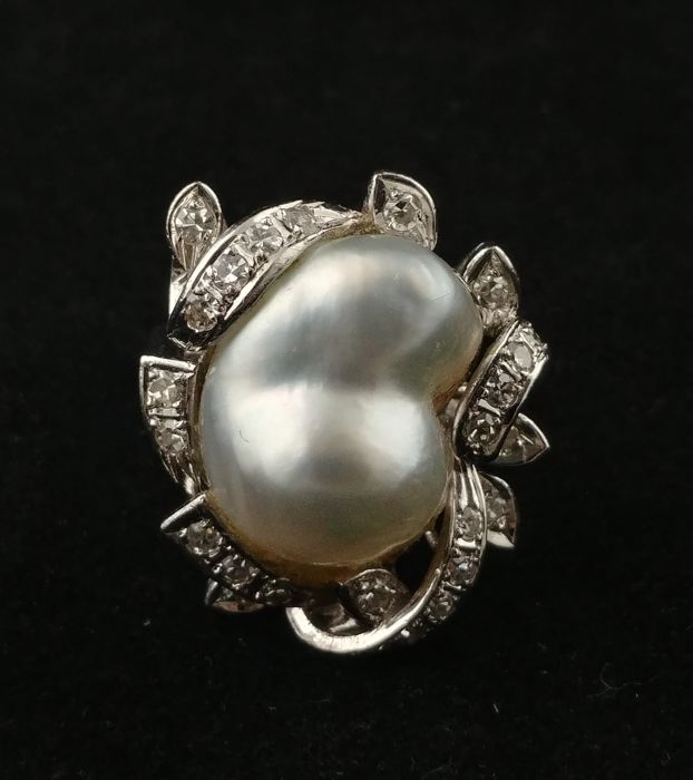 White gold ring (18 kt) with baroque pearl and diamonds