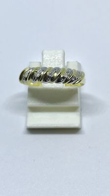 Gold ring, 14 kt, with 5 diamonds set in white gold.
