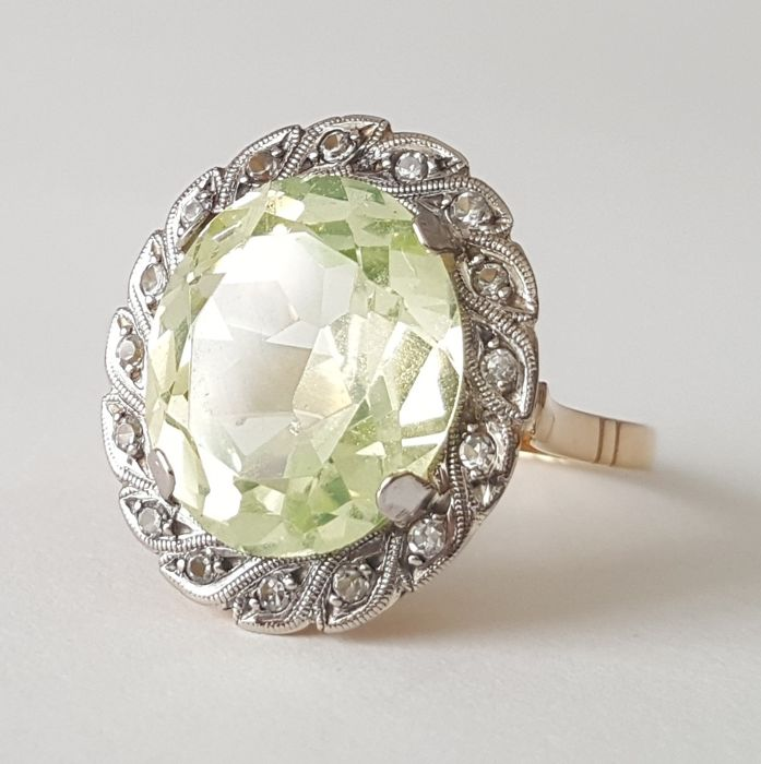 Yellow gold and platinum ring with an 8.75 ct green spinel - Size: 17 mm; 13.5/53.5 (EU) - No reserve price