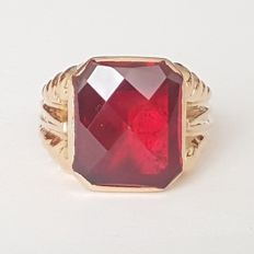 18 kt yellow gold ring with 7ct Verneuil red ruby - Size: 18.4 mm 18/58 (EU)