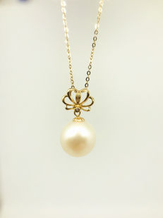 18kt yelllow gold necklace  with  freshwater pearl pendant