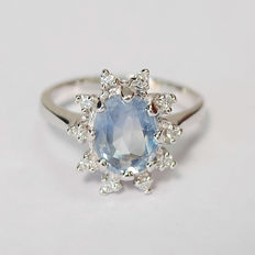 18ct gold ladies ring, white gold and 2.40ct /Cornflower/ unheated sapphire and 10 diamonds: 0.30 ct.Total weight / NOT RESERVE PRICE
