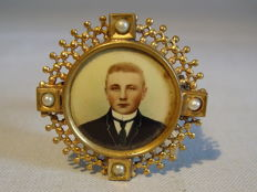 Photo brooch with grey-white river small pearls and antique photograph, around 1890/1900
