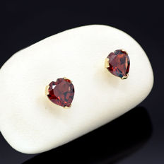 14k/575 yellow gold earrings with two heart-shaped garnets - Total gemstones weight 2.04 ct.