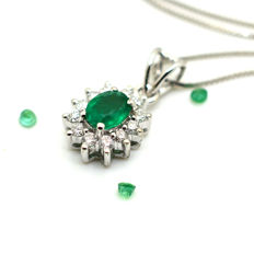 Necklace and pendant with emerald and brilliant cut diamonds totalling 0.50 ct – 18 kt white gold – Necklace: 45 cm – No reserve