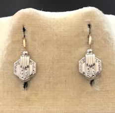 Small pair of Art Deco pendant earrings in two-tone 18kt gold, with embossed palm-leaf motif, no reserve price.