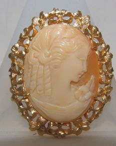 Brooch or Pendant in 18 kt Gold with central Cameo