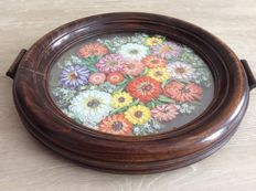 Circular tray with flowers