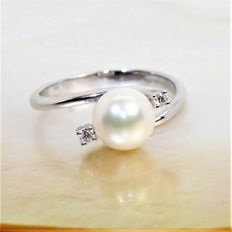 Beautiful ring in 18K WG with diamonds and salt water cultured pearl round
