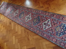 Hand-knotted Fereghan runner carpet, approx. 507 x 78 cm.