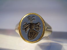 14 kt gold ring signet ring with hand engraved coat of arms / monogram with two colours layered stone from around 1930/35.