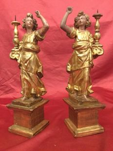 Pair of angel shaped candle holders carved in wood and gilded in pure gold leaf - Lombardy, Italy, 18th century