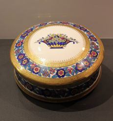 Large Art Deco candy box made in Limoges porcelain, with double gilding.
