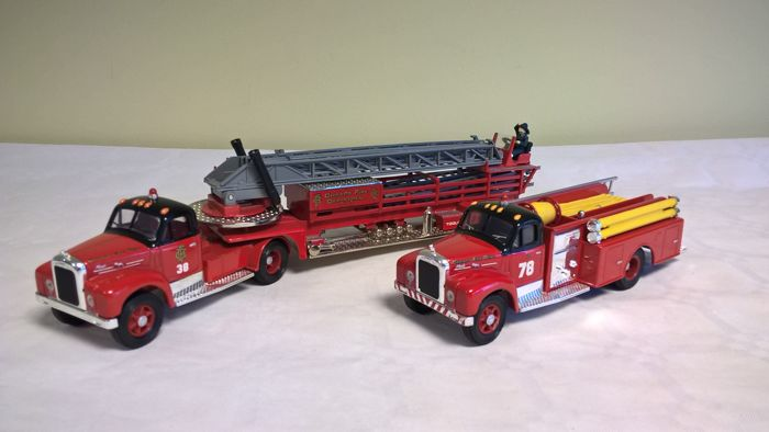 Corgi Classics - Scale 1/50 - Lot of 2 trucks Mack B Series Chicago : Aerial Ladder Truck and Pumper (produced between 1953 and 1966) -  First Edition of 1995, limited to 8000 copies