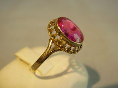 Antique 14 kt gold ring with oval-faceted Verneuil ruby of 3 ct.