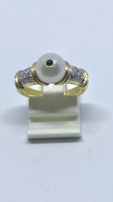 18 kt gold ring with pearl, emerald and 0.20 ct brilliant cut diamond Size: 17¼