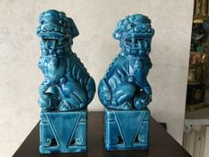 Pair of hallmarked porcelain sculptured depicting Foo Dogs - Chinese style - Late 20th century