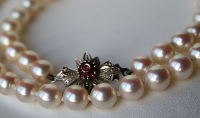 High quality Pearls necklace with sea/salty Japanese Akoya pearls A+lustre, silvery pink, very very shiny. 18kt. White gold Art Déco style lock with 7 small Rubies.