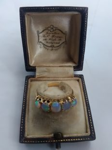 18ct yellow Gold, hallmarked 18ct, vintage solid white  Opal