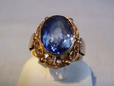 Antique 14 kt rose gold ring with large blue Verneuil sapphire of 6 ct.