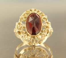14 kt yellow gold ring set with an oval rose cut garnet, ring size 16 (50)