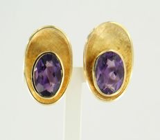 18 kt yellow gold clip-on earrings, set with oval cut amethysts 6.00 ct, size ear clip 2.3 x 1.4 cm