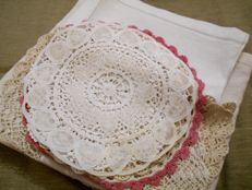 Old Flanders linen tablecloth + 8 doilies