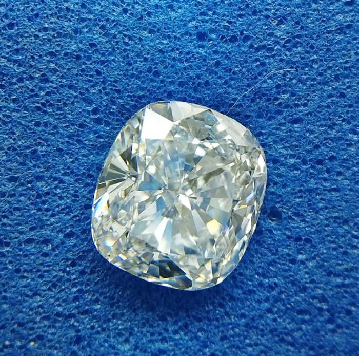 0.91 ct Cushion cut diamond F VS2