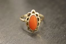14 kt gold ring with precious coral